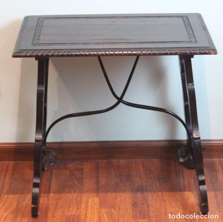 Antigüedades: Mesa antigua estilo castellano, con taburete asiento de cuero, 69 x 44 x 56 cm - Foto 2 - 205463703