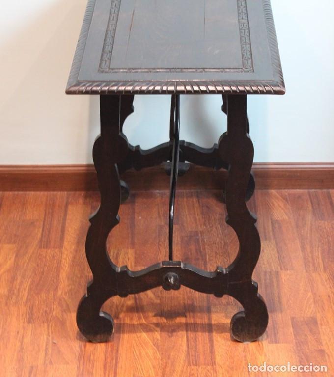 Antigüedades: Mesa antigua estilo castellano, con taburete asiento de cuero, 69 x 44 x 56 cm - Foto 4 - 205463703