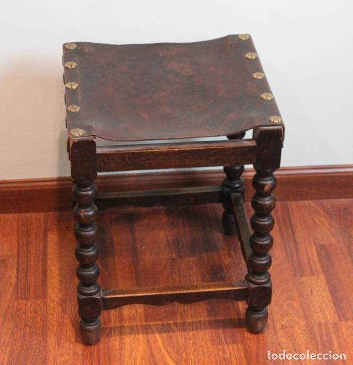 Antigüedades: Mesa antigua estilo castellano, con taburete asiento de cuero, 69 x 44 x 56 cm - Foto 5 - 205463703