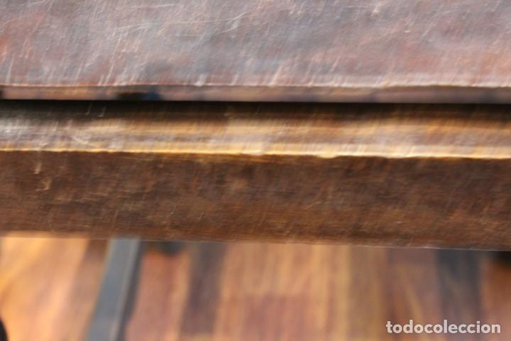 Antigüedades: Mesa antigua estilo castellano, con taburete asiento de cuero, 69 x 44 x 56 cm - Foto 8 - 205463703