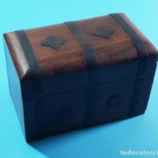 Antigüedades: ANTIGUA CAJA DE MADERA CON HERRAJES METALICOS TIPO COFRE 12,50 X 8,50 X 8 CM, MUY RARA. Lote 205530590