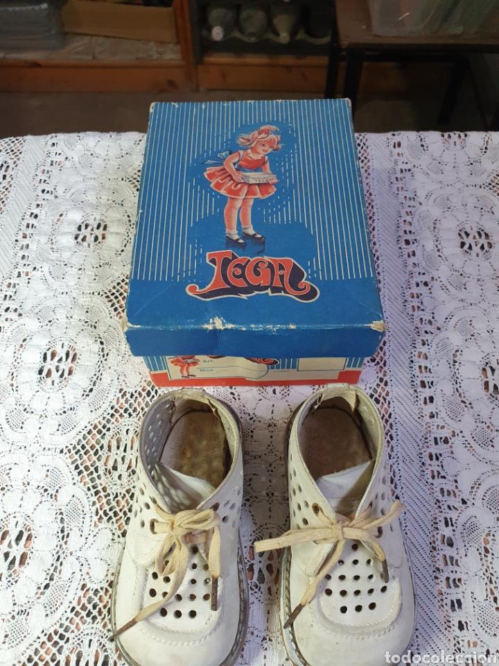 Antigüedades: Zapatos botitas de niña o niño pequeño para sus primeros pasos en su bonita caja original. - Foto 2 - 205550675