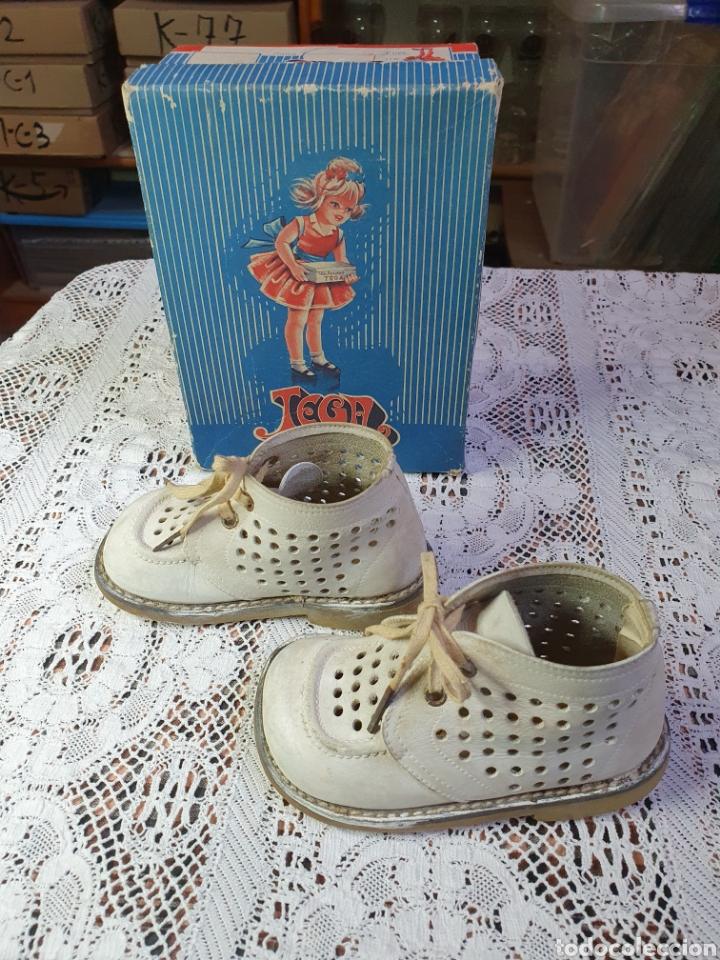 Antigüedades: Zapatos botitas de niña o niño pequeño para sus primeros pasos en su bonita caja original. - Foto 3 - 205550675