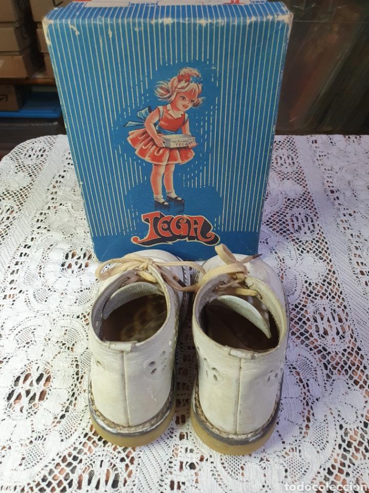 Antigüedades: Zapatos botitas de niña o niño pequeño para sus primeros pasos en su bonita caja original. - Foto 4 - 205550675