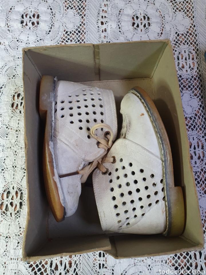 Antigüedades: Zapatos botitas de niña o niño pequeño para sus primeros pasos en su bonita caja original. - Foto 7 - 205550675