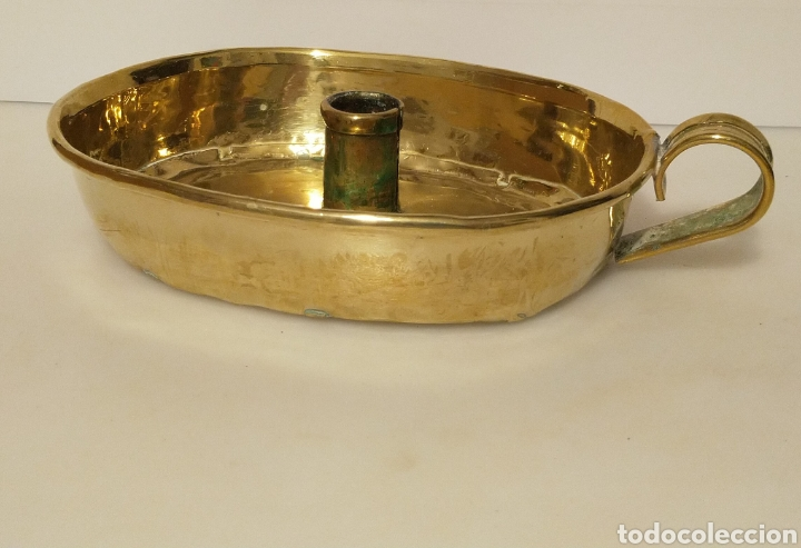 Antigüedades: Palmatoria portavelas antigua de latón dorado con vela . Gran tamaño. Bellisimo tono dorado. - Foto 2 - 205575780
