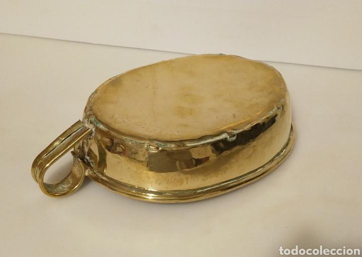 Antigüedades: Palmatoria portavelas antigua de latón dorado con vela . Gran tamaño. Bellisimo tono dorado. - Foto 6 - 205575780