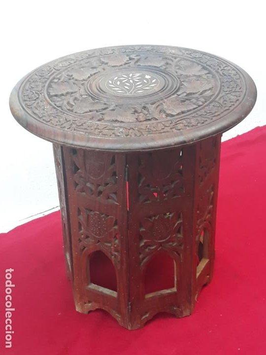 MESITA BAJA REDONDA PARA TE, EN MADERA TALLADA. (Antigüedades - Muebles Antiguos - Mesas Antiguas)