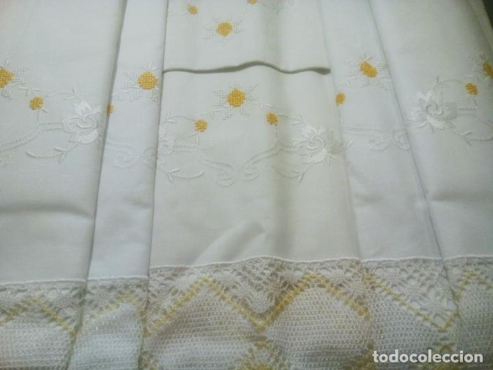 Antigüedades: Juego cama sábana y funda viuda tolrra bordado con puntilla sin estrenar. - Foto 2 - 205605901