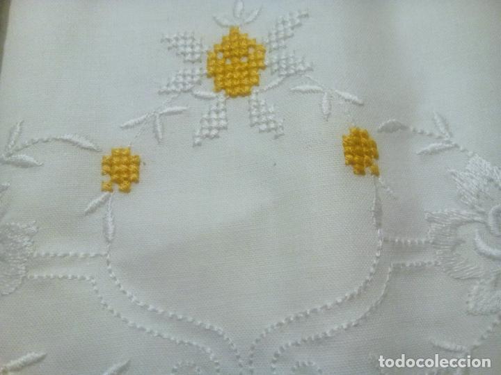 Antigüedades: Juego cama sábana y funda viuda tolrra bordado con puntilla sin estrenar. - Foto 3 - 205605901