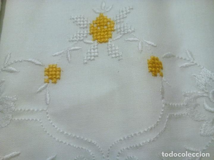 Antigüedades: Juego cama sábana y funda viuda tolrra bordado con puntilla sin estrenar. - Foto 4 - 205605901