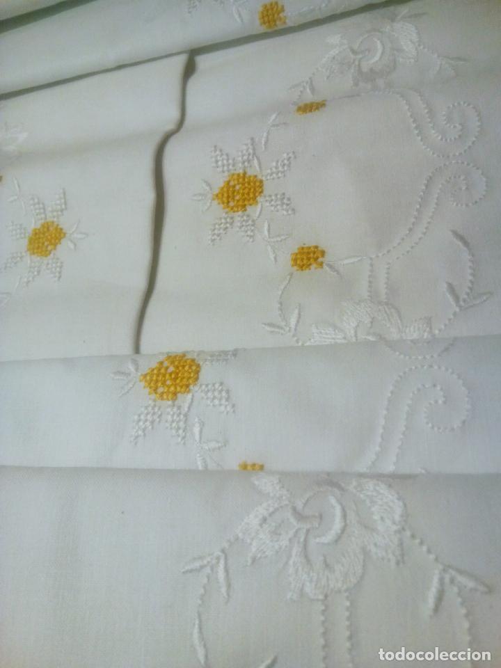 Antigüedades: Juego cama sábana y funda viuda tolrra bordado con puntilla sin estrenar. - Foto 5 - 205605901