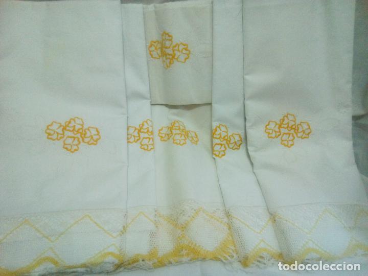 Antigüedades: Juego cama sábana y funda viuda tolrra bordado con puntilla sin estrenar. - Foto 2 - 205606297