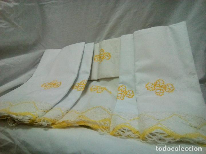 Antigüedades: Juego cama sábana y funda viuda tolrra bordado con puntilla sin estrenar. - Foto 3 - 205606297
