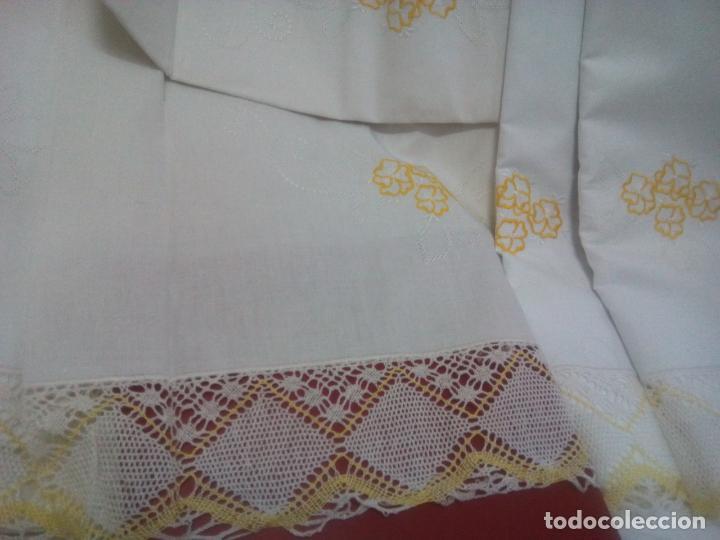 Antigüedades: Juego cama sábana y funda viuda tolrra bordado con puntilla sin estrenar. - Foto 11 - 205606297