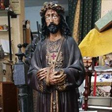 Antiguidades: FIGURA DE CRISTO CON PEANA DE MADERA. CRISTO ESCAYOLA. ANTIGUO. 75CM CON PEANA. CRISTO 55CM. Lote 205681792