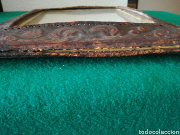 Antigüedades: MARCO DE FOTOS CUERO REPUJADO - Foto 2 - 205685506