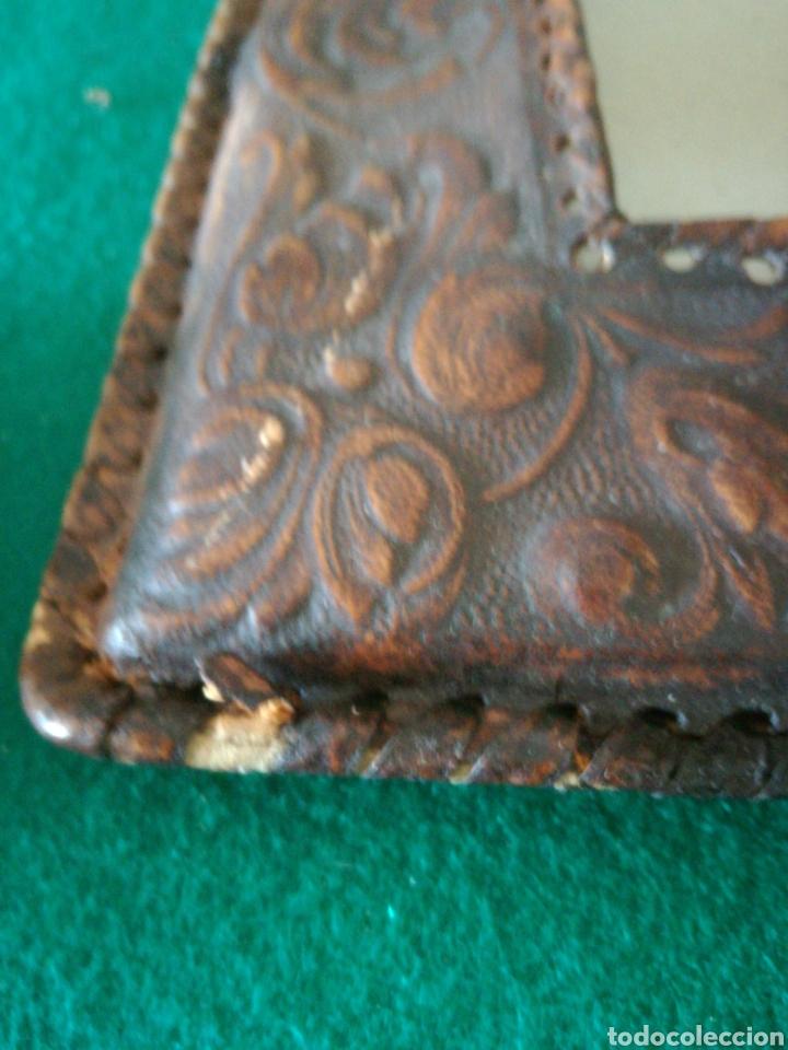 Antigüedades: MARCO DE FOTOS CUERO REPUJADO - Foto 3 - 205685506