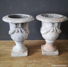 Antigüedades: PAREJA DE URNAS COPAS DE JARDIN EN TERRACOTA PATINADAS DE BLANCO ESTILO NEOCLASICO. Lote 205702410
