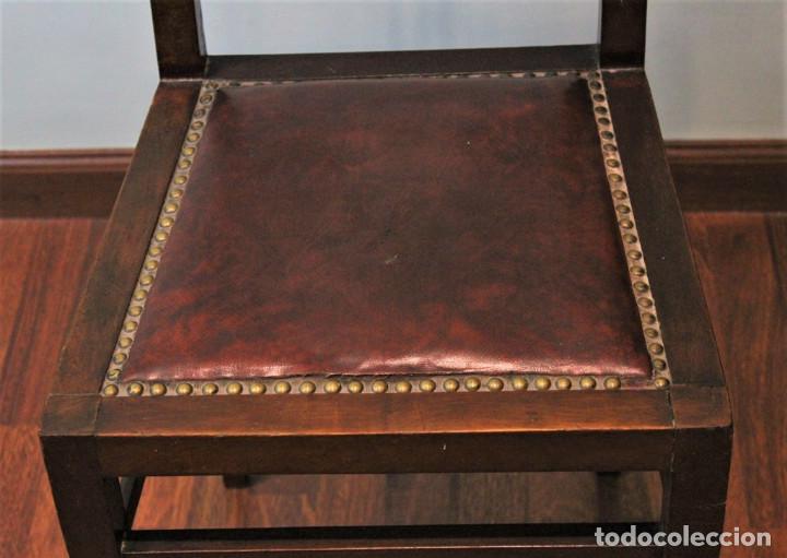 Antigüedades: Ocho sillas inglesas, años 20 , caoba y cuero, 40 x 40 x 100 cm, precisan tapizado. - Foto 3 - 205752763