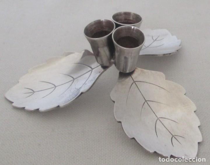 Antigüedades: Antiguo candelabro en alpaca para tres velas muy delgadas. Diseño de tres hojas - Foto 3 - 205753586