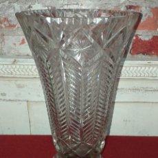 Antigüedades: JARRÓN DE CRISTAL TALLADO. Lote 154303570