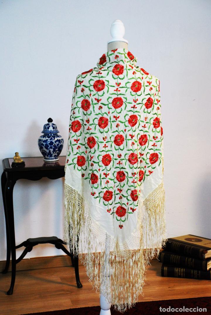 Antigüedades: Bello y florido mantón de manila. Rosas bordadas en tonos rojos y rosas. 79 x 77 cm. - Foto 2 - 205764310