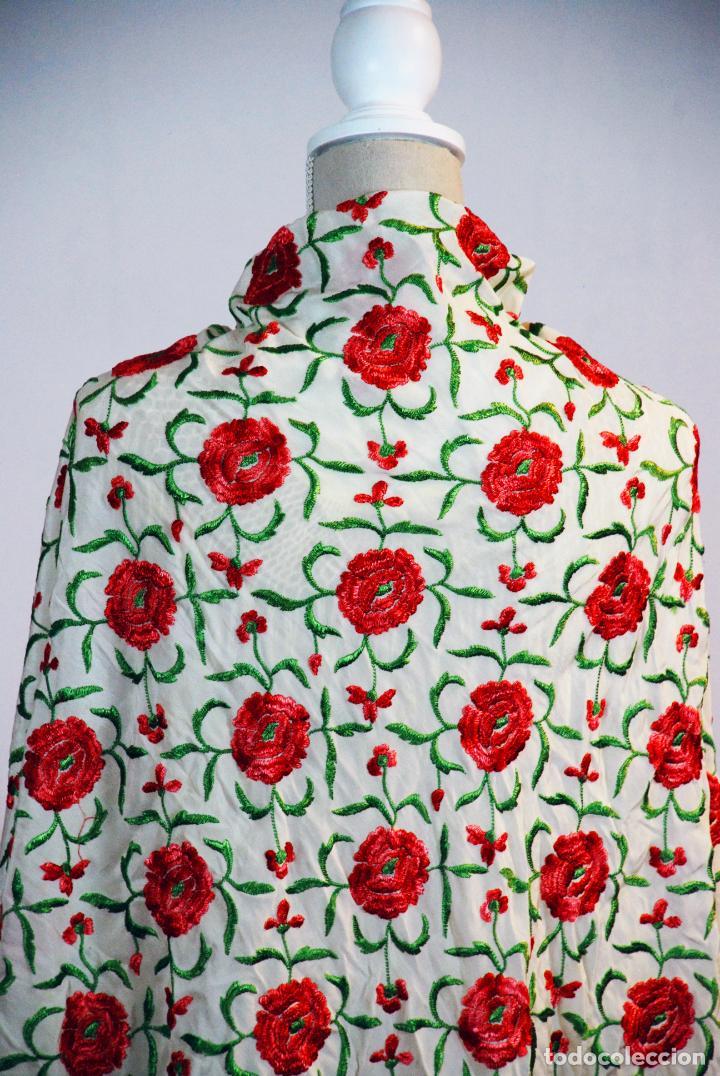 Antigüedades: Bello y florido mantón de manila. Rosas bordadas en tonos rojos y rosas. 79 x 77 cm. - Foto 3 - 205764310