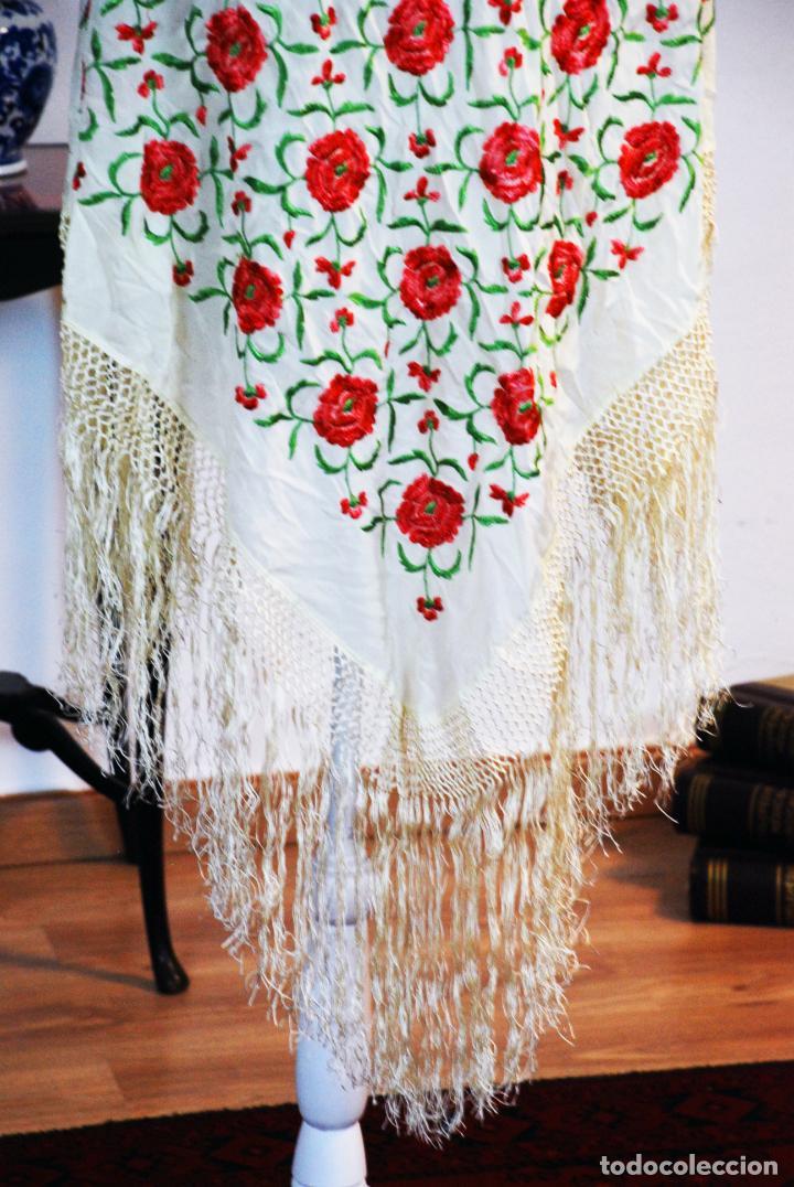 Antigüedades: Bello y florido mantón de manila. Rosas bordadas en tonos rojos y rosas. 79 x 77 cm. - Foto 4 - 205764310