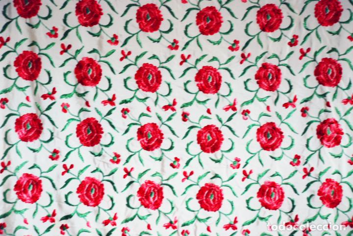 Antigüedades: Bello y florido mantón de manila. Rosas bordadas en tonos rojos y rosas. 79 x 77 cm. - Foto 5 - 205764310