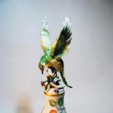 Antigüedades: BONITA FIGURA DE AVE SOBRE CAMPANA. PORCELANA ESMALTADA. 25 CM. DE ALTO. 9 CM. DIÁMETRO.. Lote 205766313