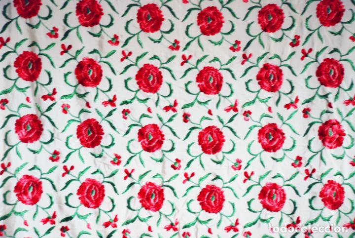 Antigüedades: Bello y florido mantón de manila. Rosas bordadas en tonos rojos y rosas. 79 x 77 cm. - Foto 7 - 205764310