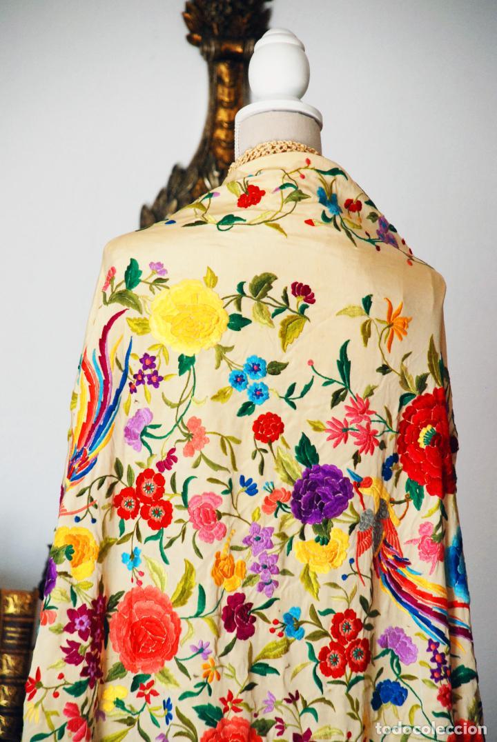 Antigüedades: Enorme mantón de manila en tono crema. Bellísimo bordado floral multicolor. Espectacular guardilla. - Foto 2 - 205774475