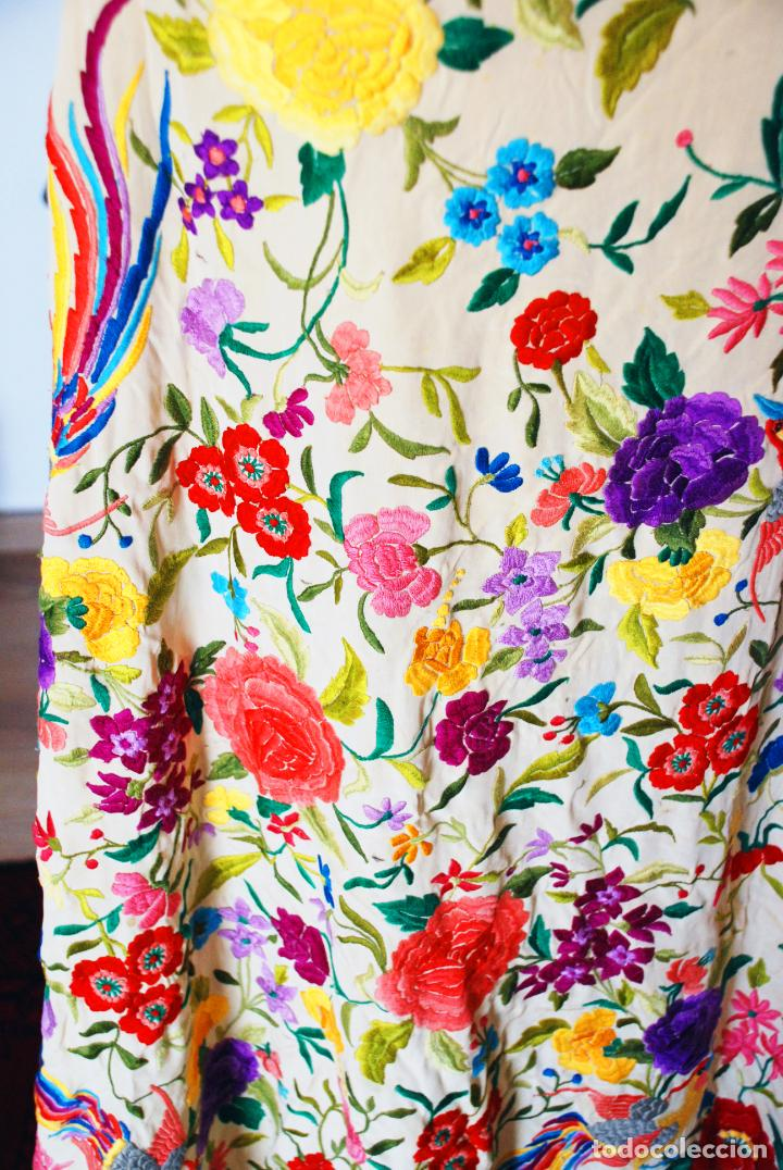 Antigüedades: Enorme mantón de manila en tono crema. Bellísimo bordado floral multicolor. Espectacular guardilla. - Foto 4 - 205774475