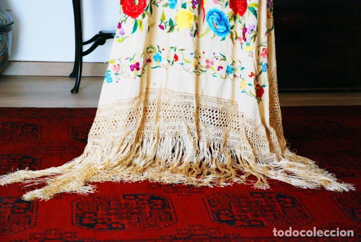 Antigüedades: Enorme mantón de manila en tono crema. Bellísimo bordado floral multicolor. Espectacular guardilla. - Foto 5 - 205774475