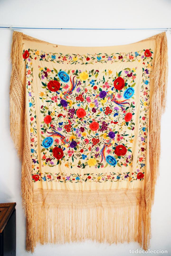 Antigüedades: Enorme mantón de manila en tono crema. Bellísimo bordado floral multicolor. Espectacular guardilla. - Foto 6 - 205774475