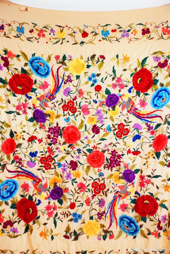 Antigüedades: Enorme mantón de manila en tono crema. Bellísimo bordado floral multicolor. Espectacular guardilla. - Foto 7 - 205774475