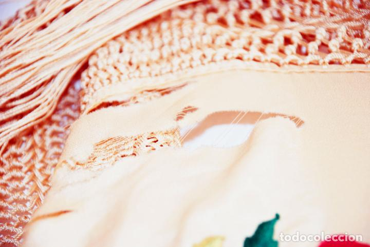 Antigüedades: Enorme mantón de manila en tono crema. Bellísimo bordado floral multicolor. Espectacular guardilla. - Foto 10 - 205774475