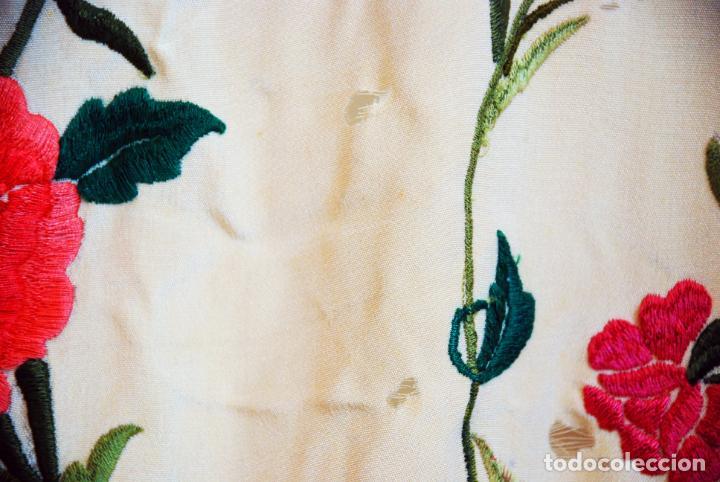 Antigüedades: Enorme mantón de manila en tono crema. Bellísimo bordado floral multicolor. Espectacular guardilla. - Foto 11 - 205774475
