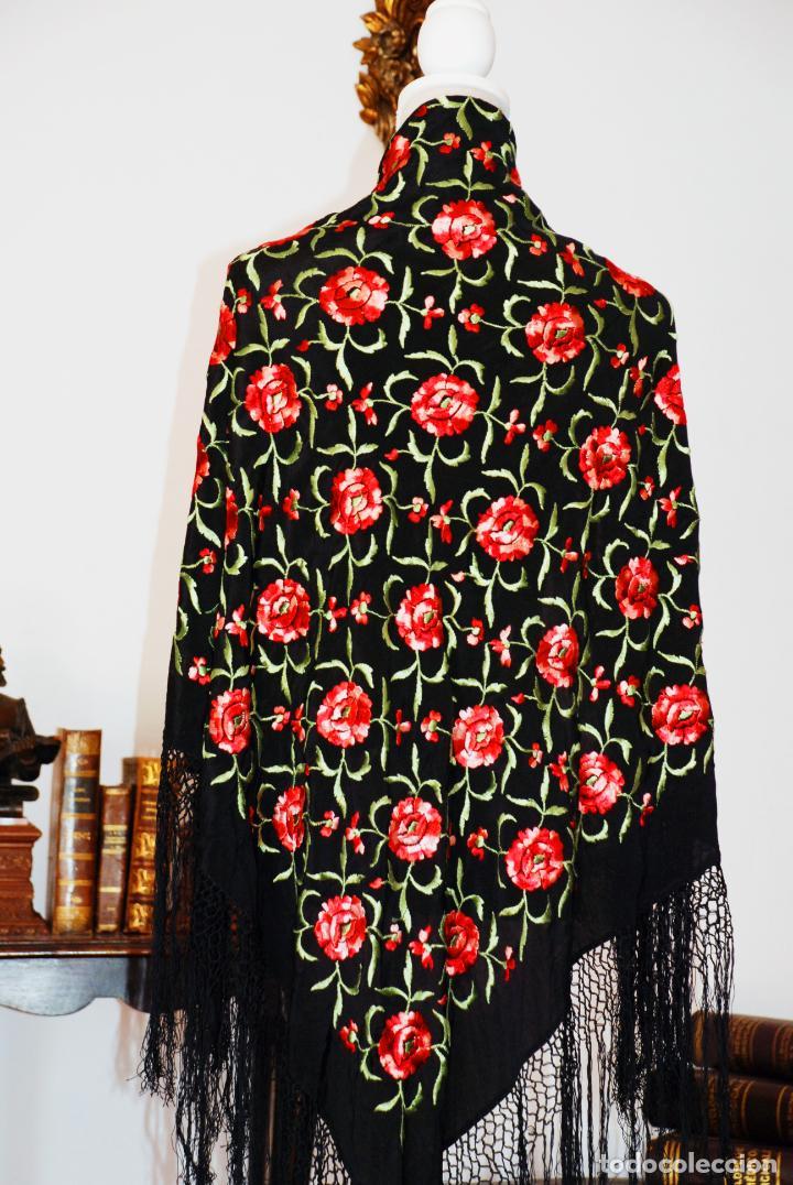 Antigüedades: Elegante mantón de manila en negro.Bordado de claveles rojos. 80 x 80 cm. - Foto 2 - 205775193