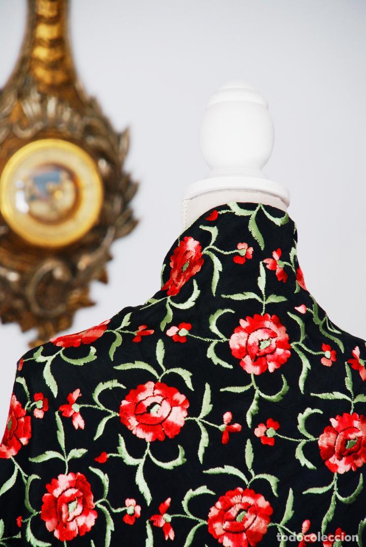 Antigüedades: Elegante mantón de manila en negro.Bordado de claveles rojos. 80 x 80 cm. - Foto 3 - 205775193