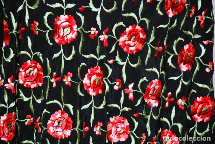 Antigüedades: Elegante mantón de manila en negro.Bordado de claveles rojos. 80 x 80 cm. - Foto 4 - 205775193