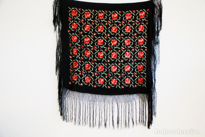 Antigüedades: Elegante mantón de manila en negro.Bordado de claveles rojos. 80 x 80 cm. - Foto 5 - 205775193