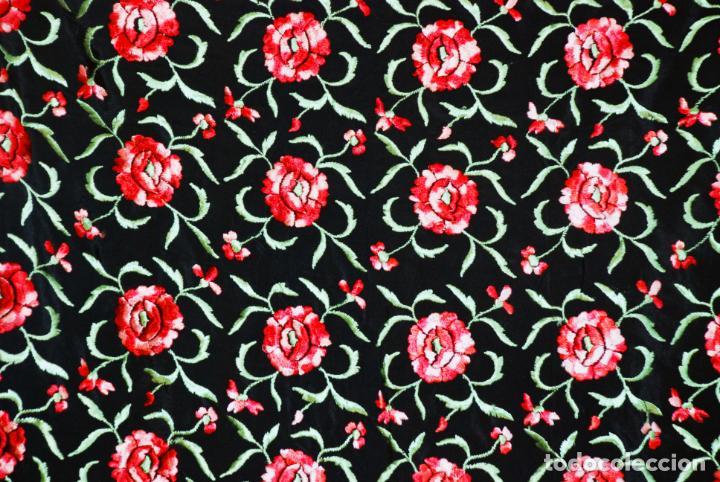 Antigüedades: Elegante mantón de manila en negro.Bordado de claveles rojos. 80 x 80 cm. - Foto 6 - 205775193