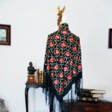 Antigüedades: ELEGANTE MANTÓN DE MANILA EN NEGRO.BORDADO DE CLAVELES ROJOS. 80 X 80 CM.. Lote 205775193