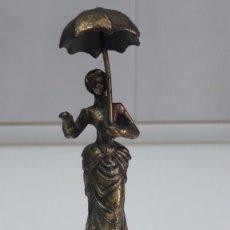 Antigüedades: ANTIGUA CAMPANILLA 15 CM DE ALTO, LA DAMA DEL PARAGUAS. Lote 205786328