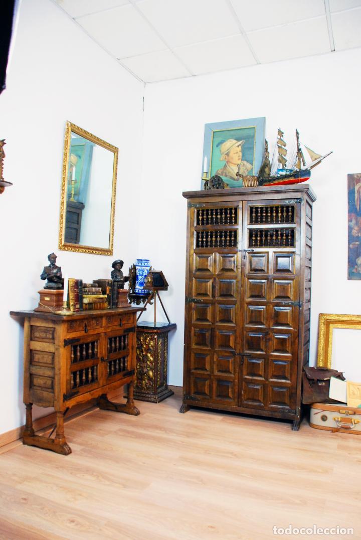 Antigüedades: Conjunto de muebles rústicos en madera maciza de nogal o similar. Armario y aparador castellanos. - Foto 2 - 205789621