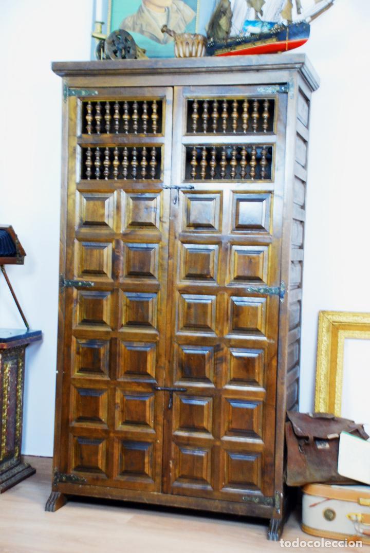 Antigüedades: Conjunto de muebles rústicos en madera maciza de nogal o similar. Armario y aparador castellanos. - Foto 3 - 205789621