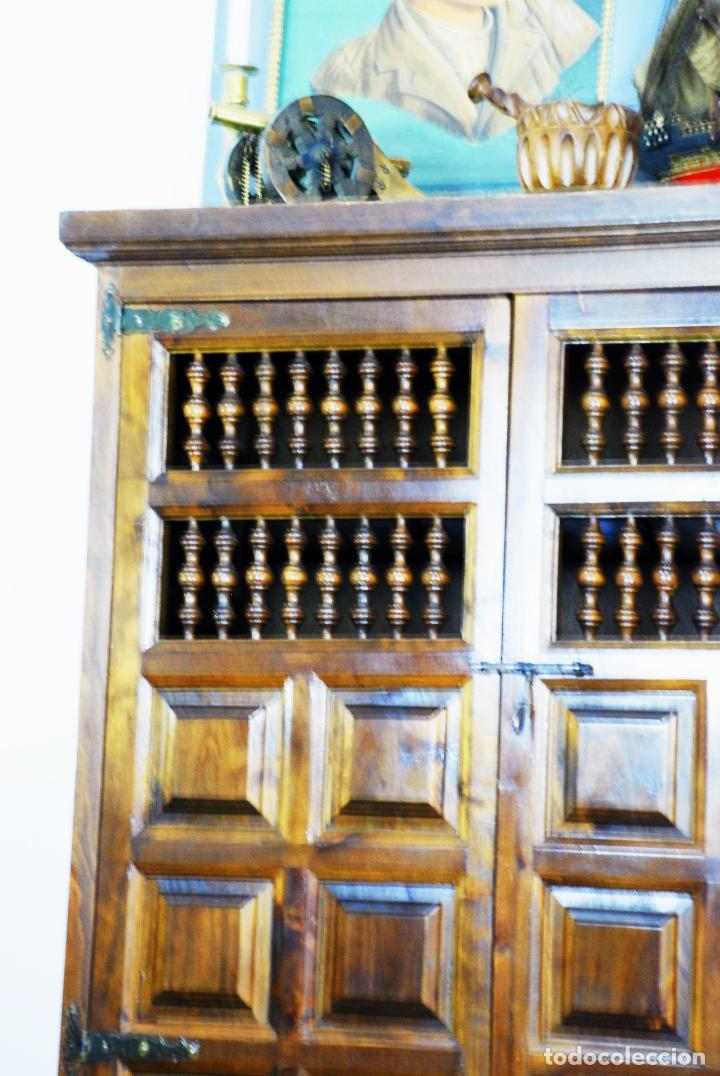 Antigüedades: Conjunto de muebles rústicos en madera maciza de nogal o similar. Armario y aparador castellanos. - Foto 4 - 205789621
