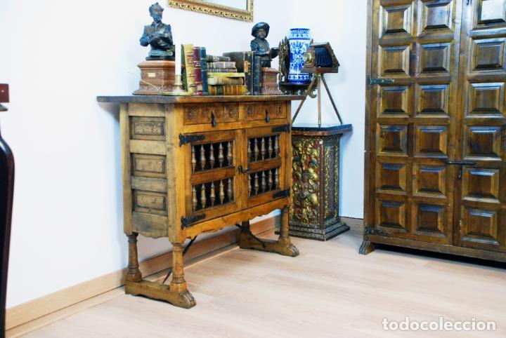 Antigüedades: Conjunto de muebles rústicos en madera maciza de nogal o similar. Armario y aparador castellanos. - Foto 5 - 205789621